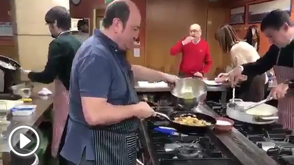 Otegi cocina el menú de Navidad junto a los líderes del PNV, PSE y Podemos.
