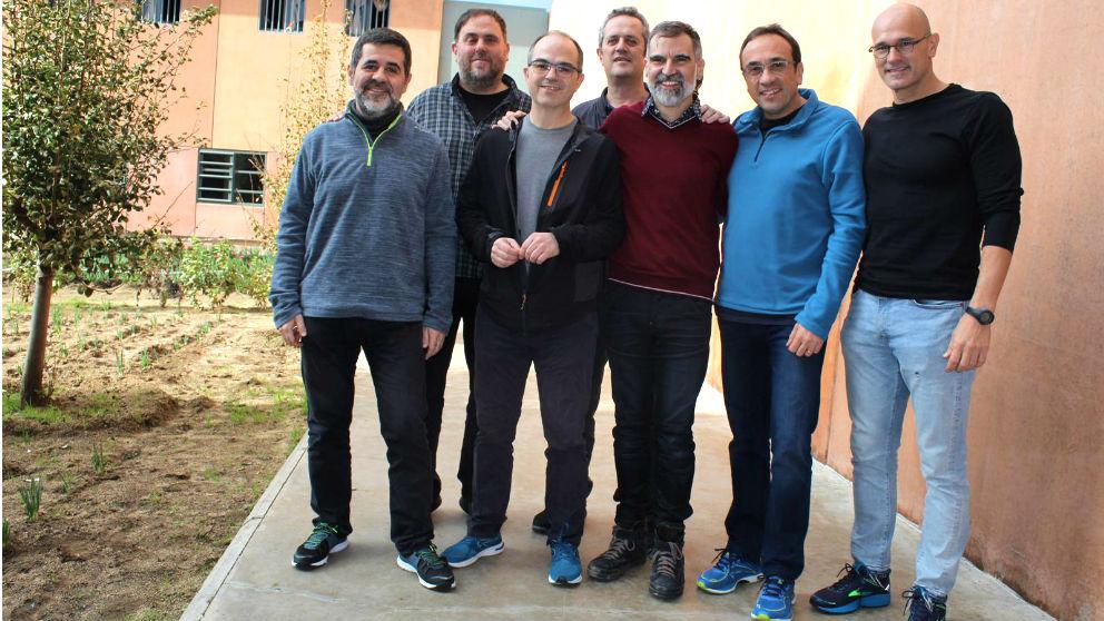 Los golpistas Sànchez, Junqueras, Turull, Forn, Cuixart, Rull y Romeva en la prisión de Lledoners (Foto: Prensa Òmnium).
