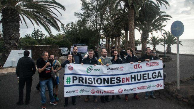 Funcionarios de Prisiones se manifiestan a las puertas de la residencia oficial de La Mareta donde el presidente del Gobierno pasa sus vacaciones de Navidad