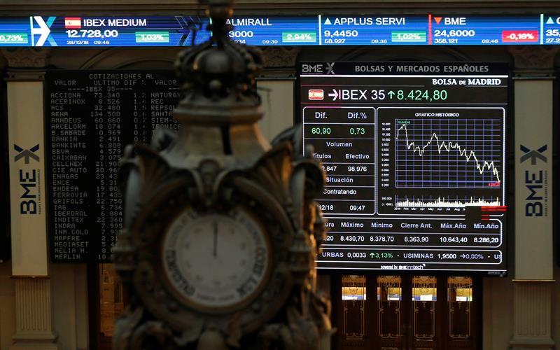 El Palacio de la Bolsa con las pantallas del Ibex 35. EFE