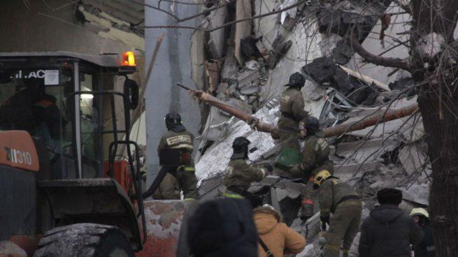 Un derrumbe parcial de un bloque de pisos en Rusia deja al menos 4 muertos y 68 personas sin localizar