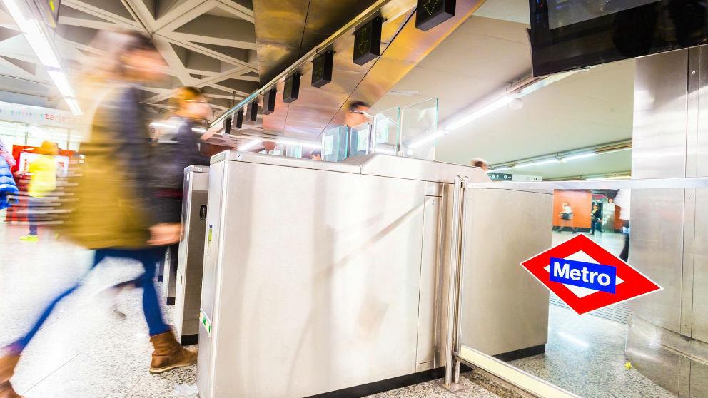 Una pasajera accediendo al metro en Madrid. Foto: Europa Press