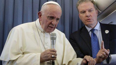 El Papa Francisco I junto al director de la Oficina de Prensa del Vaticano, Greg Burke, en uno de los viajes oficiales del Santo Padre. Foto: AFP