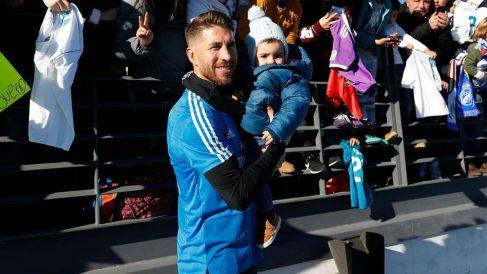 Sergio Ramos posa con un niño tras el entrenamiento. (realmadrid.com)