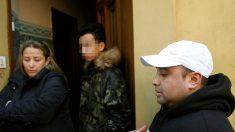 La madre del menor ante la puerta de su vivienda acompañada de otros familiares (Foto: EFE).