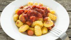 Receta de Ñoquis con tomate y salchichas
