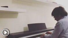 Puigdemont toca el piano en Waterloo.