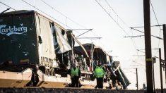 Dos operarios junto al tren accidentado en Dinamarca. Foto: Twitter