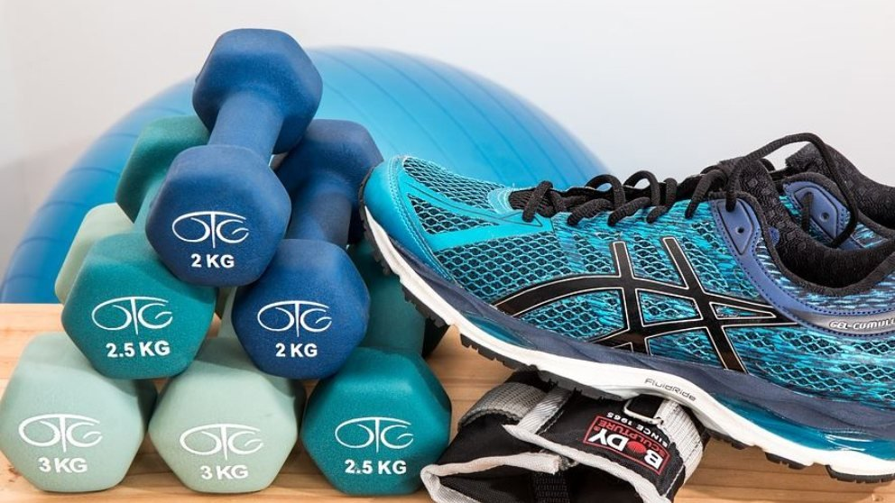 Tanto las mancuernas como las pesas son materiales necesarios para practicar fitness a cualquier hora.