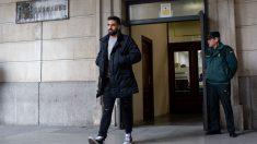 Uno de los integrantes de 'La Manada', condenados por abuso sexual, sale del juzgado tras firmar. Foto: Europa Press