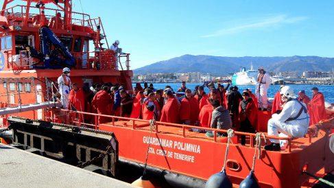 Una embarcación de Salvamento Marítimo con inmigrantes (Foto: EFE).