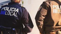 Dos agentes de la Policía local de Ibiza. Foto: Europa Press