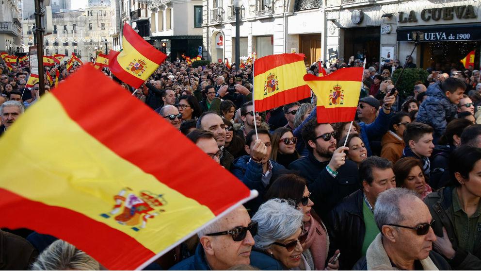 Manifestantes con la bandera de España en la conmemoración de la Toma de Granada. (Foto: EP)