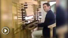 Teodoro García Egea interpretando en un órgano los acordes del Himno de España en respuesta a Puigdemont.