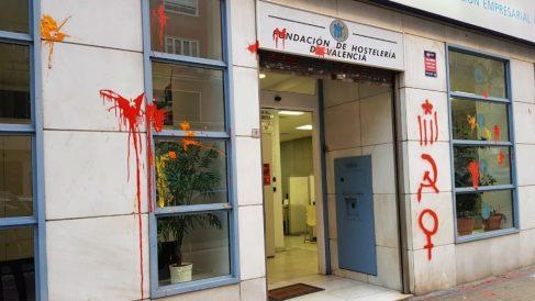Pintadas en la sede de los hosteleros valencianos
