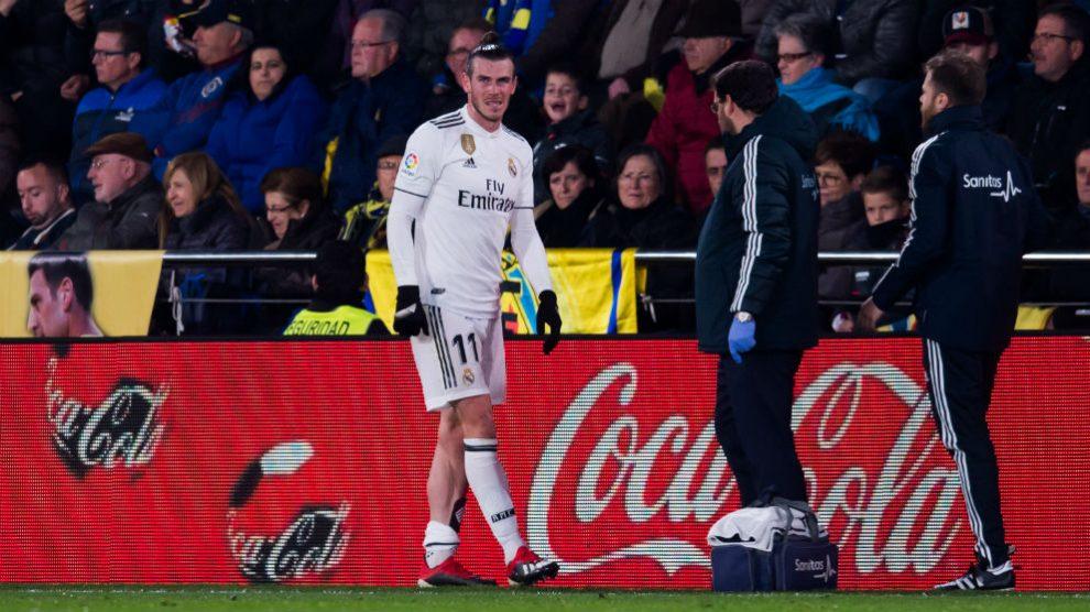 Bale tuvo que ser sustituido al descanso por lesión. (Getty)