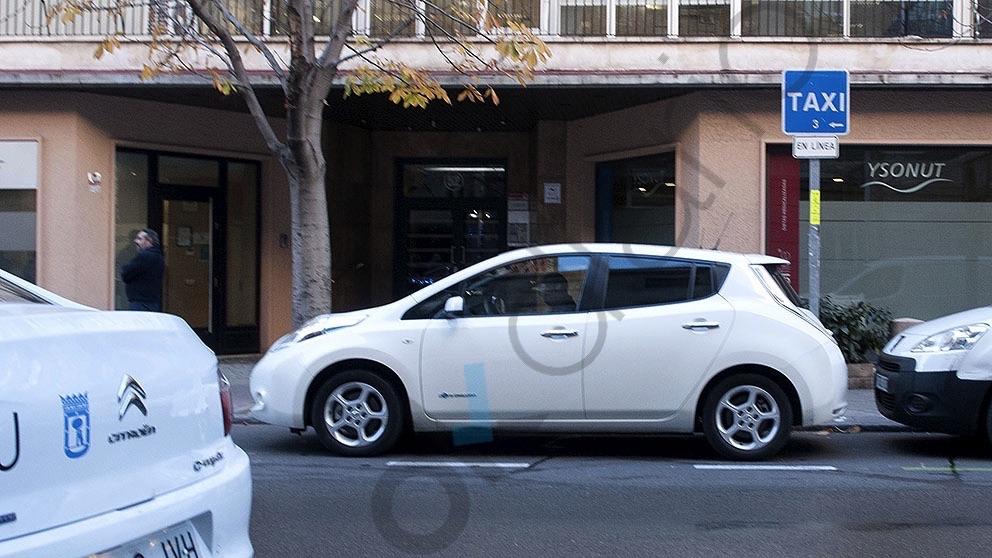 El coche que llevó a Marta Higueras al Hospital de la Princesa acompañando a la alcaldesa Manuela Carmena aparca en la parada de Taxis (Foto. Chema Barroso)