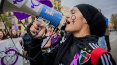 Una portavoz de una manifestación contra la violencia de género. (Foto: EP)