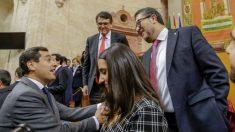 El líder del PP andaluz, Juanma Moreno (i), y el juez Francisco Serrano (d), cabeza de lista de VOX. (Foto: Efe)