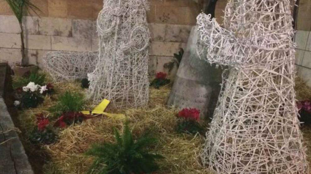 El belén navideño de Castellón con un lazo amarillo en lugar del Niño Jesús