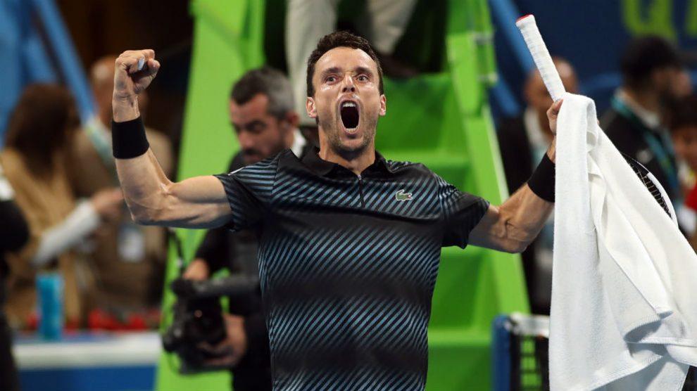 Roberto Bautista celebra su victoria ante Djokovic en Doha. (AFP)