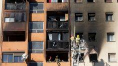 Incendio en un piso asistido por los bomberos.