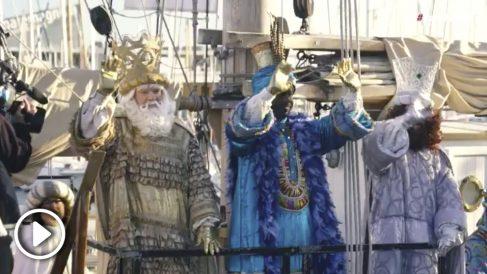 Colau saluda a los Reyes Magos en el puerto de Barcelona.
