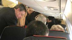 Mario Draghi ocupa su butaca en clase turista, en una foto tomada por otro pasajero del vuelo.
