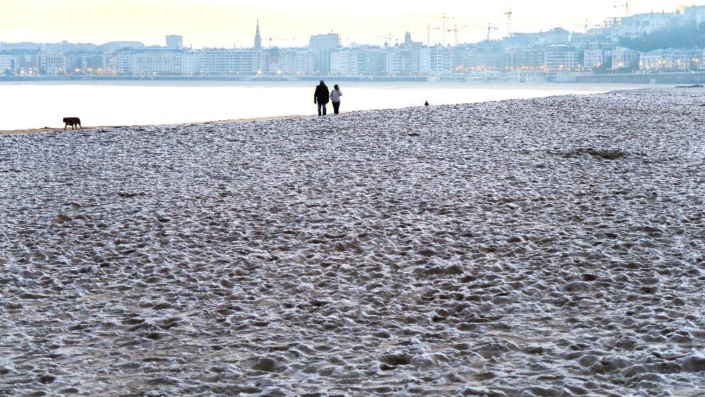 Una playa de San Sebastián con la arena helada (Foto: EFE).
