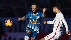 Juanfran y Roque Mesa pelean por un balón durante el Sevilla – Atlético.