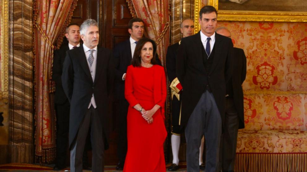 La ministra de Defensa, Margarita Robles, entre el presidente, Pedro Sánchez, (d), y el titular de Interior, Fernando Grande-Marlasla, en la Pascua Militar. (Foto: Moncloa)