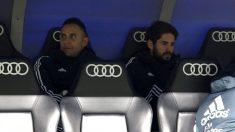 Isco, junto a Keylor Navas, en el banquillo del Bernabéu. (Enrique Falcón)