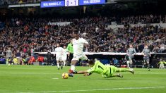 Rulli hace penalti a Vinicius. (Enrique Falcón)
