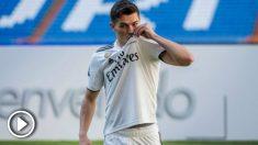 Brahim Díaz se besa es el escudo en su presentación como jugador del Real Madrid. (EFE)