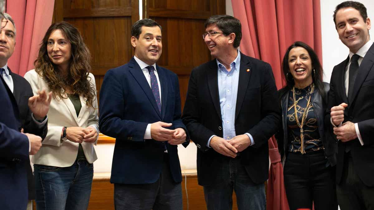 Moreno Bonilla y Juan Marín con los equipos negociadores. Foto: EP