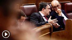 El portavoz del PNV, Aitor Esteban, conversa con el diputado de su grupo Mikel Legarda. (Foto: EFE)