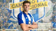 Pepe posa con la camiseta del Oporto.