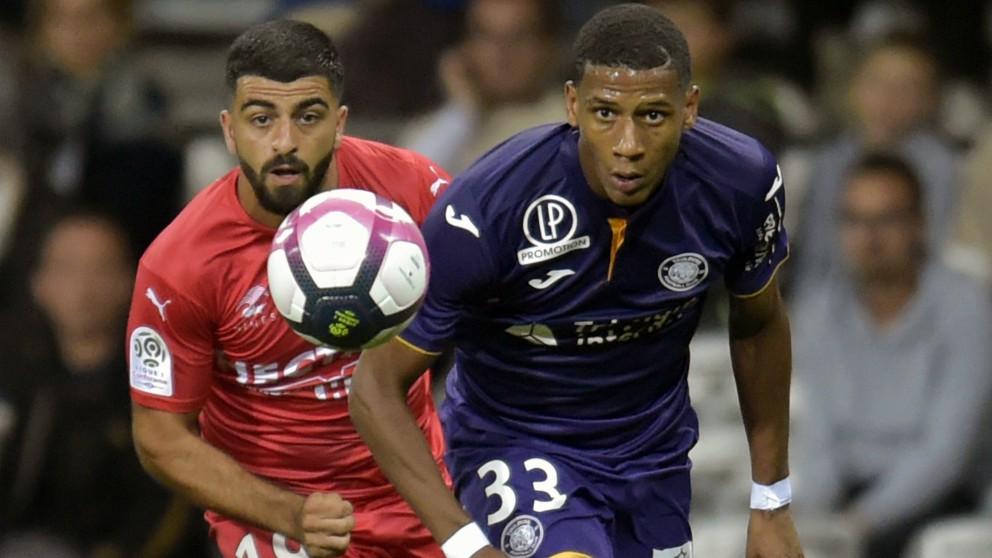 Todibo, a la derecha, en un partido con el Toulouse. (AFP)