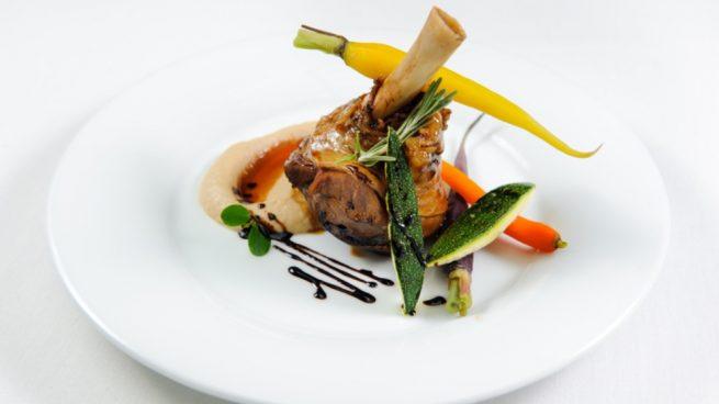Codillo de cerdo con verduras