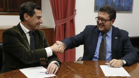 El presidente de la Junta de Andalucía, Juanma Moreno, con el líder regional de VOX, Francisco Serrano. (Foto: EFE)
