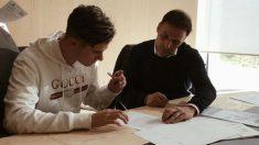 Chechu firma con el Real Madrid.