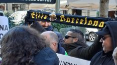 Manifestantes portan bufandas de Elite Barcelona