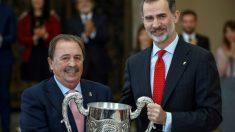 Juan de Dios Román recibe el premio honorífico de manos del Rey Felipe VI.
