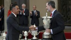 Keylor Navas recibe el Trofeo Comunidad Iberoamericana de manos del rey Felipe VI. (EFE)