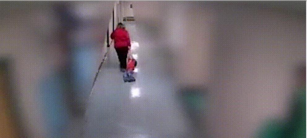 Maestra ante la justicia por arrastrar a un alumno con autismo por los pasillos