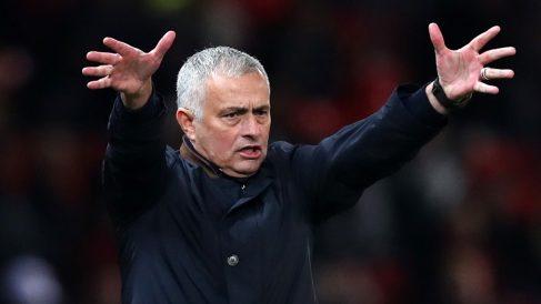 Mourinho, en uno de sus últimos partidos con el United (Getty).