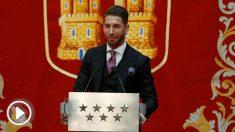 Sergio Ramos recibe un premio de la Comunidad de Madrid. (EFE)