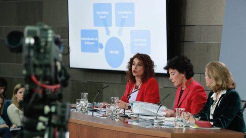 La ministra de Hacienda, María Jesús Montero, la ministra portavoz, Isabel Celaá y la ministra de Economía, Nadia Calviño, en el Consejo de Ministros de hoy.