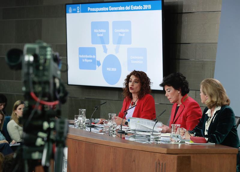 La ministra de Hacienda, María Jesús Montero, la ministra portavoz, Isabel Celaá y la ministra de Economía, Nadia Calviño, en el Consejo de Ministros.