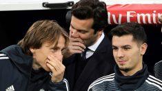 Solari habla en el banquillo con Modric y Brahim.